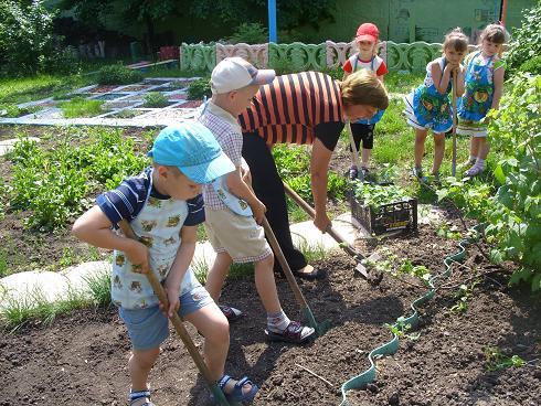В детском саду 2 проводится огромная работа по благоустройству территории, оформлению цветников, детских огородов.